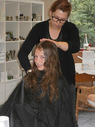 Haar und Trend schenkt neue Frisur