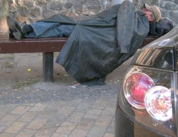 Obdachloser zwischen dem Hyatt-Hotel und dem Museum Sofijskij Monastir