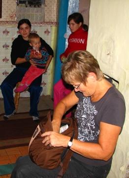 Gisela Steinbach bei einer Empfängerfamilie mit 9 Kindern