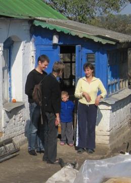 Gisela Steinbach mit Dolmetscher bei einer Empfängerfamilie