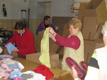 Bei der Kleiderannahme wird jedes Stück geprüft und liebevoll und sortiert verpackt