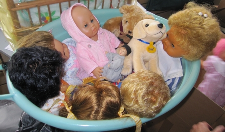 Liebevoll hergerichtete Puppen für ukrainische Kinder
