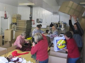 Packaktion bei der Hilfsgüterannahme