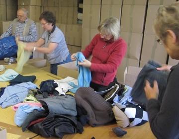Kleidung wird vor dem Verpacken geprüft
