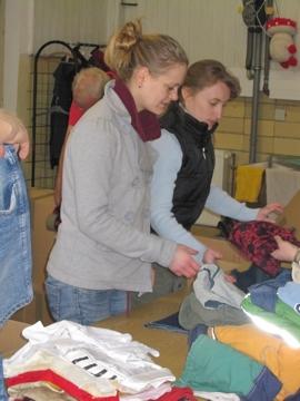 Frauen beim Prüfen und sortieren der Hilfsgüter