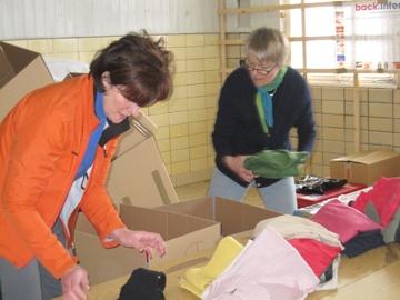 Die Kleidung wird geprüft und sortiert verpackt