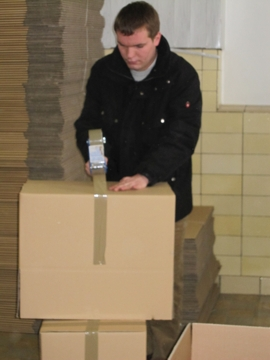 Kartons werden vorbereitet