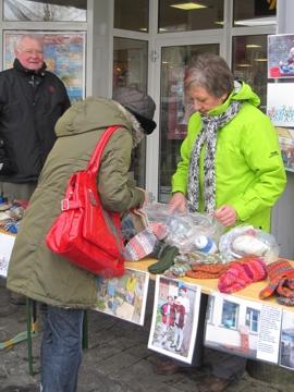 Informations- und Verkaufstand vor dem REWE-XL-Markt in Kierspe