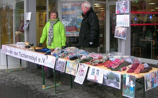Informations- und Verkaufstand vor dem REWE:XXL-Markt in Kierspe