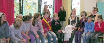 ukrainische Kinder im Gespräch mit deutschen