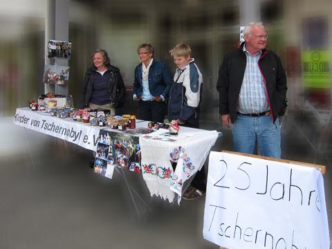Info- und Verkaufstand vor REWE-XL in Kierspe