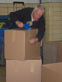 Kartons werden vorbereitet zur Aufnahme der geprüften Kleidung