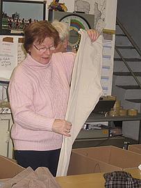 jedes einzelne Kleidungsstück wird geprüft