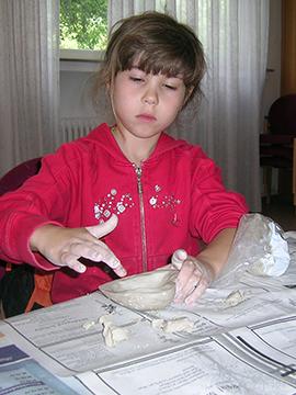 Kindergruppe in Kierspe beim Töpfern