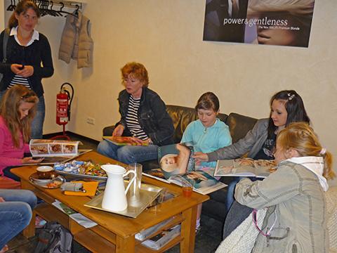 Kinder aus der Ukraine beim Friseur
