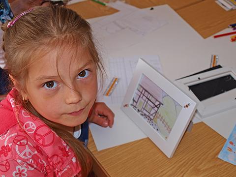 Kinder aus der Ukraine beim Basteln