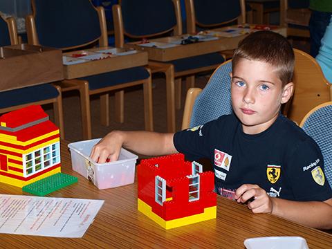 Kinder aus der Ukraine beim Bauen mit Lego