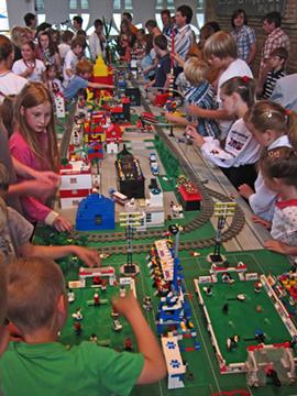 Kinder aus der Ukraine beim Lego-Gottesdienst
