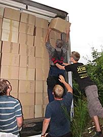 Letzter Karton für den Hilfstransport