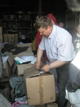 Stepan Levkowitsch öffnet einen Kleiderkarton