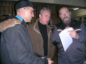 Peter Werner, der ukrainische Fahrer und Helmut Willnat im Gespräch
