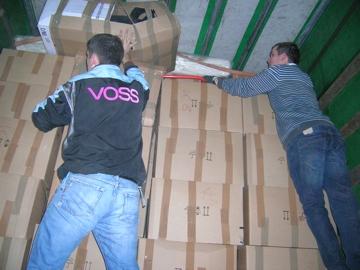 Auf dem LKW müssen die Pakete wieder hoch gestapelt werden