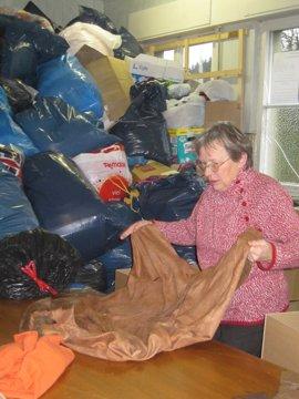 Die Frauen prüfen die Kleidung von dem Verpacken