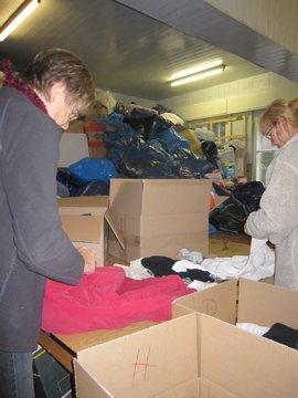 Die Kleidung wird vor dem Verpacken geprüft