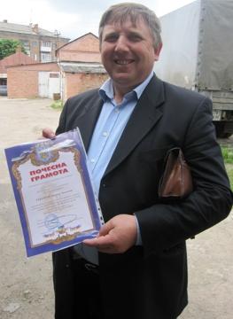 Pastor Stepan mit Anerkennungsurkunde